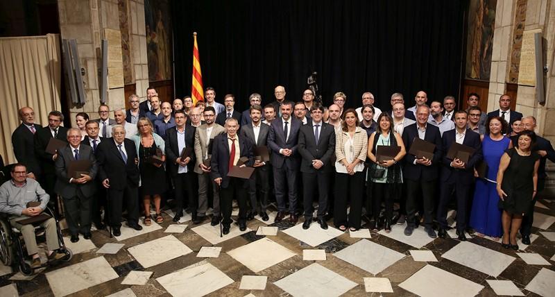 president-puigdemont-entrega-premi-a-la-iniciativa-comercial-2017-per-la-campanya-jo-testimo-gran-centre-granollers (Copy)